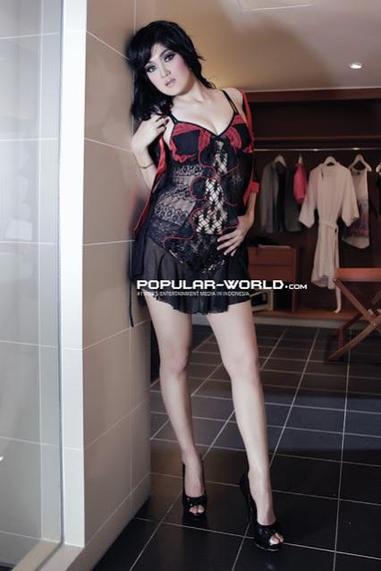 Photo Seksi Model Baby Juwita Dengan Lingerie Hitam dan Merah Transparan