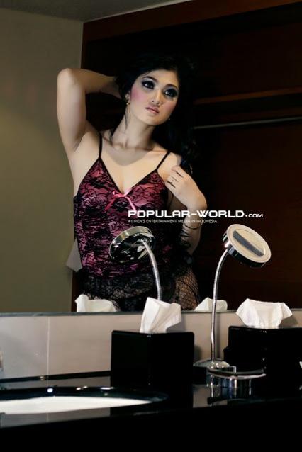 Photo Seksi Model Baby Juwita Dengan Lingerie di Kamar Mandi